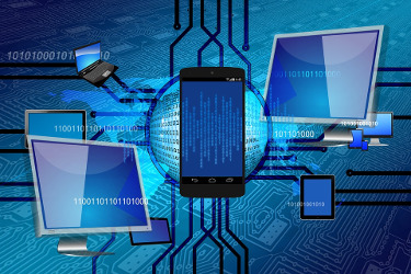 Displays verschiedener Geräte und Binärcode