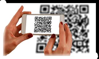 Frauenhände halten ein Smartphone, das einen QR-Code scannt