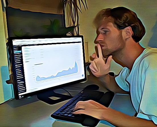 WordPress Entwickler Dominik Späte macht eine überlegende Geste vor einem Monitor
